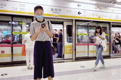 入夏以来,坐夜班地铁的客流增多
