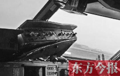 3U8633航班驾驶舱右侧前风挡玻璃掉落
