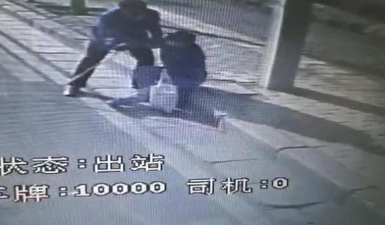 路遇老人摔倒物品散落一地 郑州公交司机及时停车帮忙