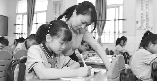 """随着""""双减""""政策出台,各地学校纷纷设立各式社团课和个性化课程 新华社发"""