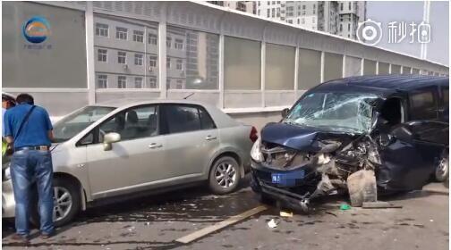bob在线:郑州两车事故撞击猛烈 司机被困