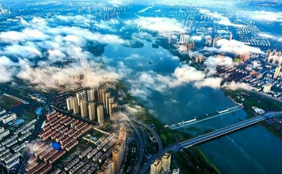 雨后洛城:流云与朝阳共舞
