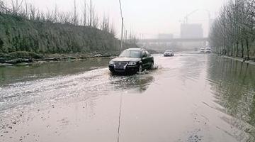 大道现300米积水带 行车如行船