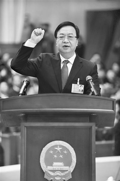 新当选的郑州市监察委员会主任周富强进行宪法宣誓。 本报记者 李利强 摄