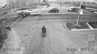 骑电动车的犯罪嫌疑人范某出现在工地附近