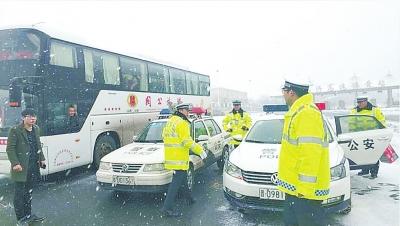 豫晋两省高速交警护送学生踏上返校路