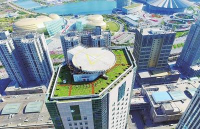 在郑州CBD内环,不少高楼楼顶披上绿衣。