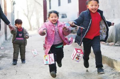 内黄县马上乡东四牌村里几个小朋友手持灯笼在玩耍