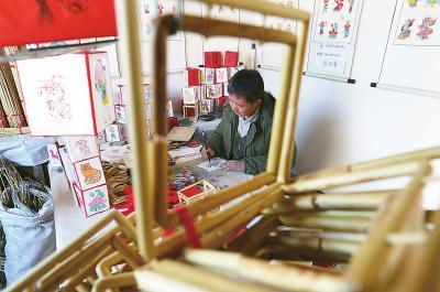 """材料高粱秆:是制作灯笼的""""框架""""。"""