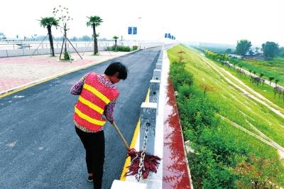 工人在湍河渡槽工程区打扫卫生