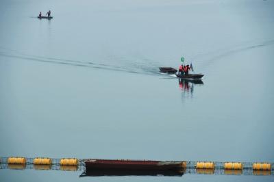 清漂队在渠首清理漂浮物