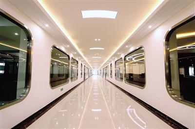 走廊设计看上去既像地铁又像机舱,颇具现代感