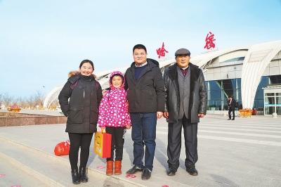 12月13日,河南援疆干部陈金岭(右二)带着布德尔森和她的爸爸、姐姐从哈密乘飞机前往郑州。⑨6刘红雨摄