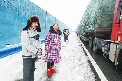 村民们自发上路为司机们送热水