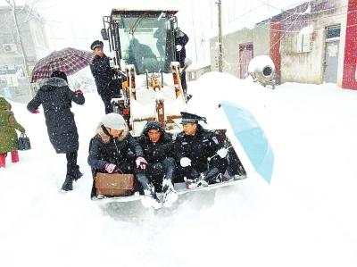 警车雪中难行,民警驾驶铲车救人。
