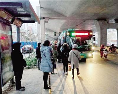 公交增加班次,保障市民出行