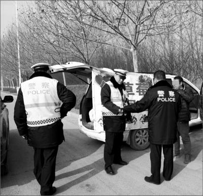 草莓摊点又摆上了郑开大道 交警呼吁多方联动治理
