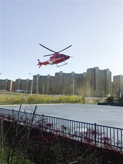 急救直升机在郑大一附院郑东院区起降