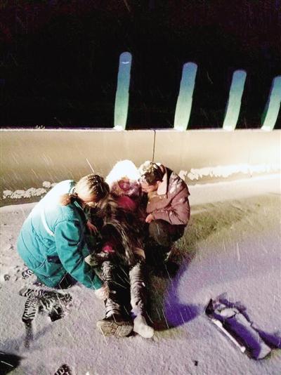 昨夜,郑州医护人员救治路人 网友供图
