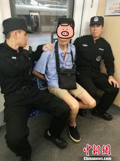 拉客仔丁某被警方抓获 李晓英 摄