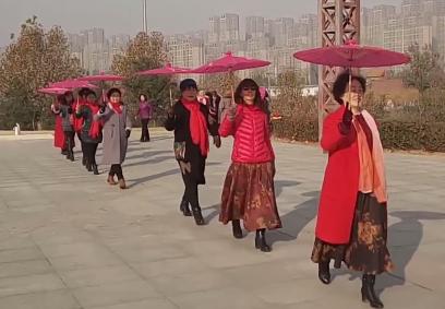 郑州大妈越来越时尚!组模特队公园走秀引围观
