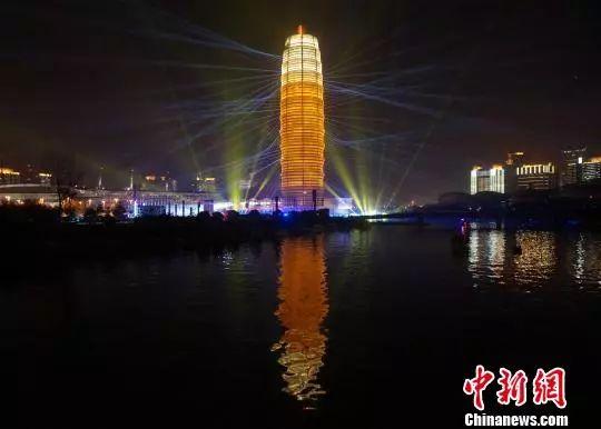 """郑州城市地标""""大玉米""""楼灯火璀璨。 韩章云 摄"""