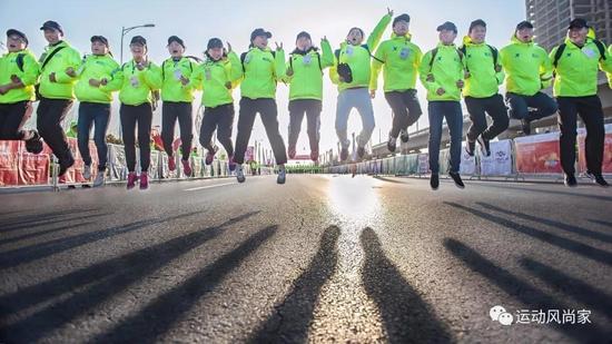 随着跑友的不断壮大,郑开国际马拉松赛从一场区域赛事上升成了一场影响力巨大的国际赛事。数万人的瞩目与参与的现场能得以井井有条地进行,背后是志愿者有条不紊的服务和配合。