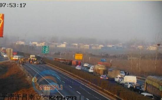 兰南高速许昌段一辆货车侧翻 现场北向南暂无法通行