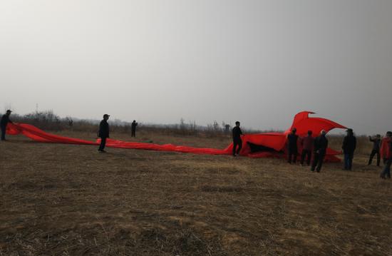 280平米金鱼风筝游上郑州天空 身价不菲高达13000元