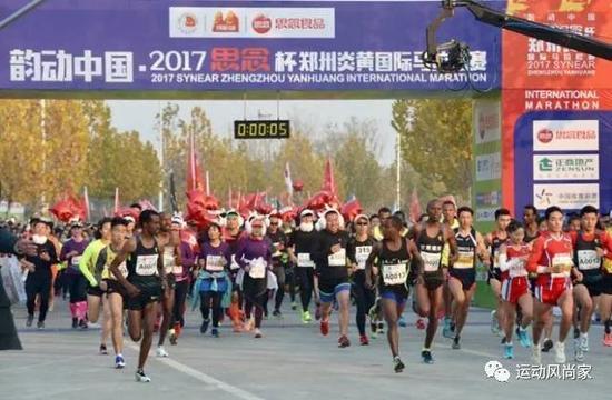 """2017年11月26日,""""韵动中国·2017思念杯""""郑州炎黄国际马拉松赛在惠济区月湖公园鸣枪开跑。"""