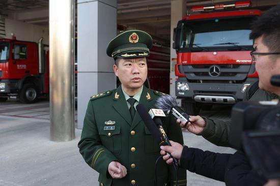 郑州市消防支队司令部参谋长李隆解答媒体提问