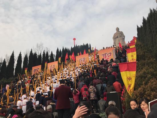 数万民众在仲景宛西制药创始人孙耀志带领下向医圣祈福敬香