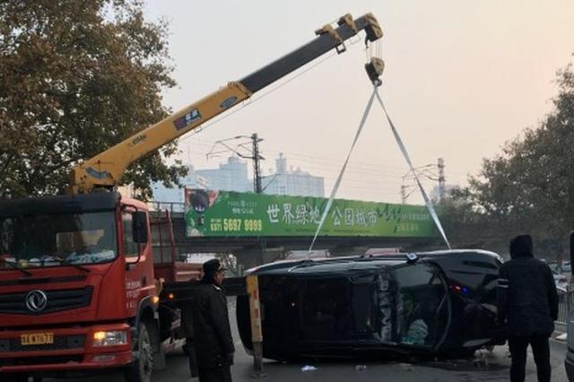 郑州男子开车发生侧翻 女友抱其痛哭:再也不吵架了