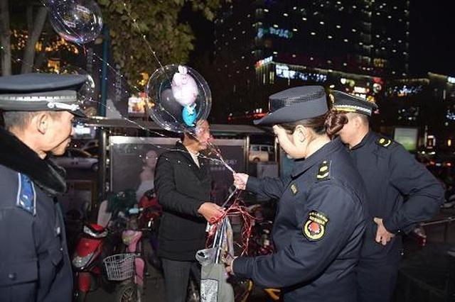 """网红""""炸弹气球""""禁售!郑州城管清理售卖摊贩"""