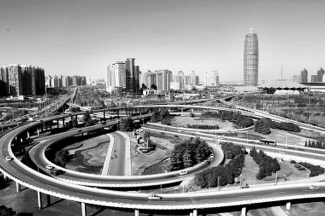 限行第二天中午12点,郑州金水立交桥通行车量明显减少。