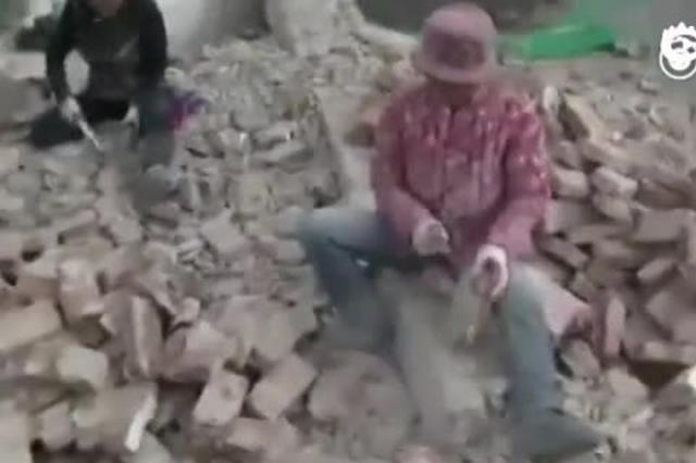 女子废墟上每日砍砖千块 每块挣8分