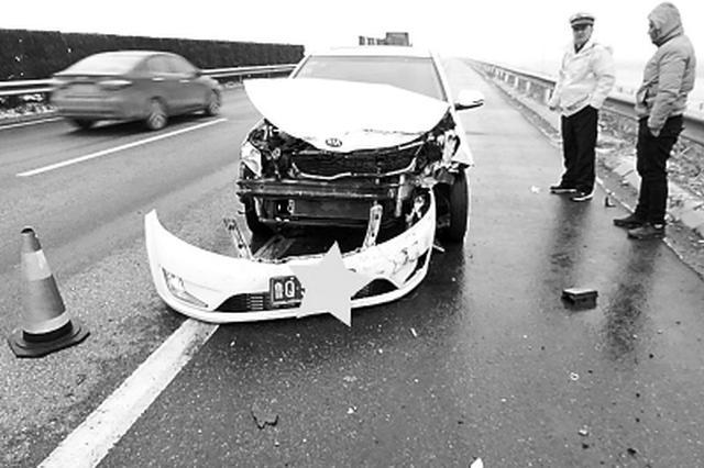 司机高速上边开车边抢红包撞上护栏 抢到3元损失3万