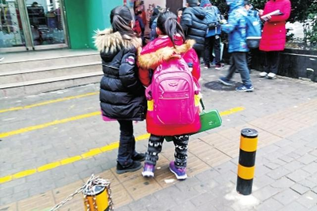 小学生每天背20多斤重的书包上学 家长呼吁:减轻重量