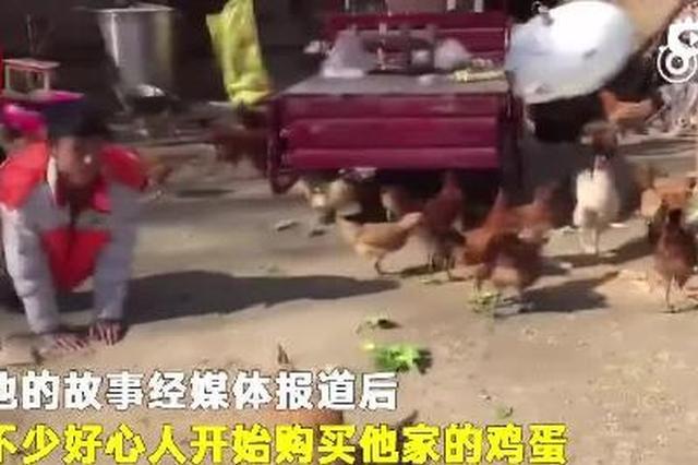 残疾小伙靠爬行养鸡:想靠自己双手赚钱来报答养父