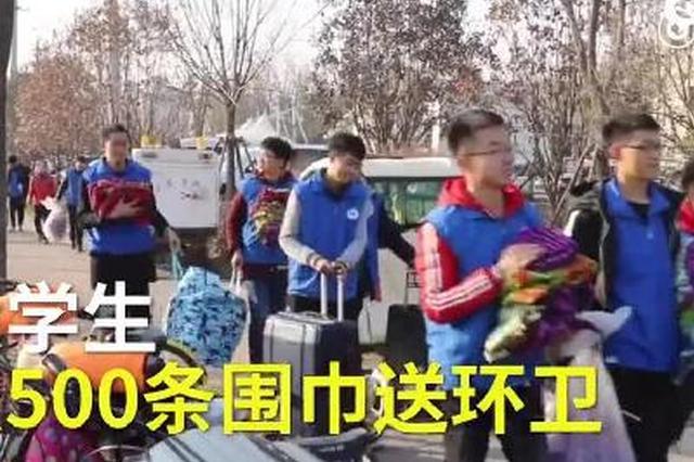 大学生连续四年卖废纸织围巾送环卫工