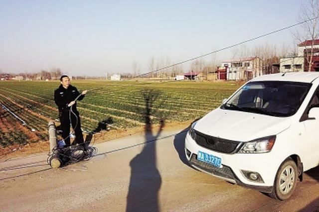 郑州线杆断裂罢工 民警手举缆线姿势保持近一小时