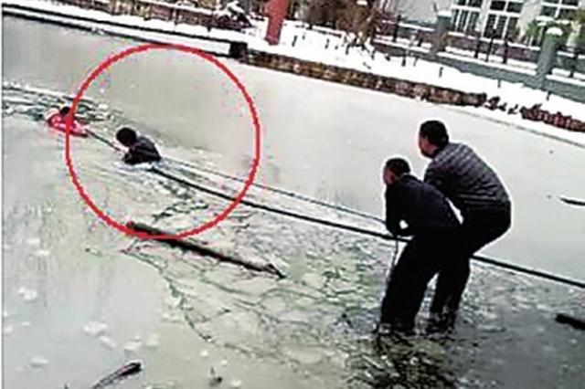 信阳女孩不慎落入冰窟窿 狱警入水砸冰救人
