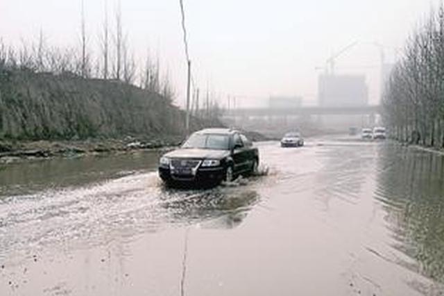 郑州启福大道现300米积水带 行车如行船