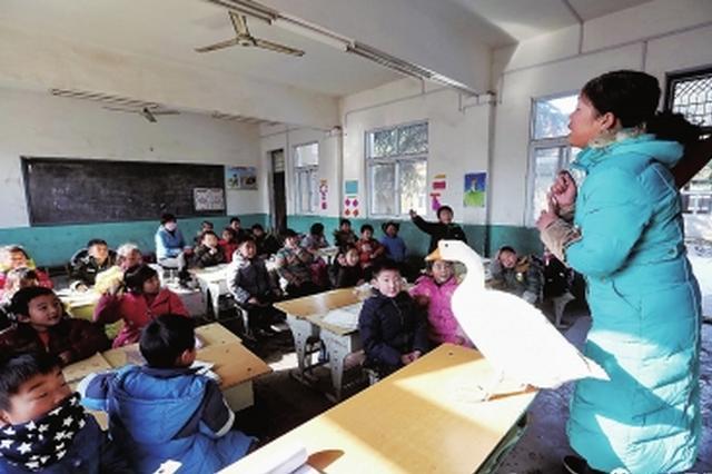 这堂语文课老师带来一只大白鹅 孩子们争着去摸