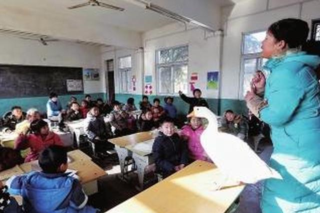 驻马店一小学上语文课 老师带来一只大白鹅