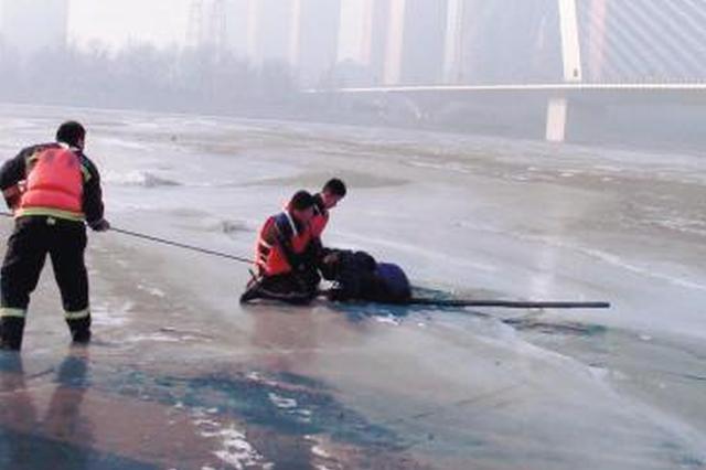 林州男童池塘滑冰坠河 两位村民跳入冰窟窿救援