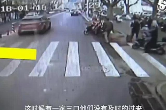 行人难过马路 郑州公交车长怒拦过往车辆