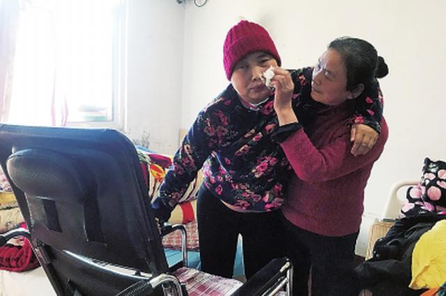 """植物人""""姐姐""""能站起来了 """"傻""""保姆春节依然在郑州过"""