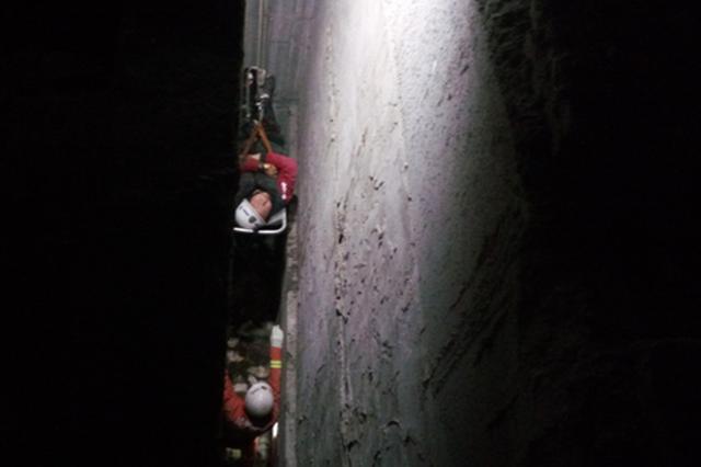 男子在偏僻处解手时坠入10米深沟 全身多发性骨折