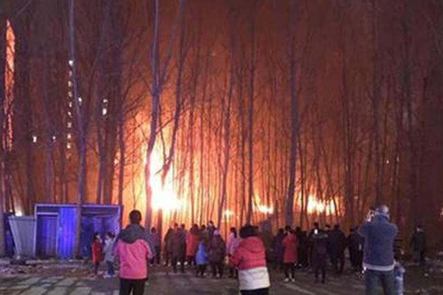 周口一汽修厂夜晚失火 现场传出爆炸声